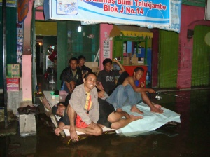 Suasana Di Posko Banjir Blogger Karawang